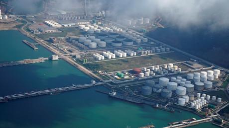 Öl- und Gastanks in einem Öllager in einem Hafen in Zhuhai, China