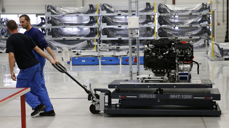 Arbeiter transportieren einen Elektromotor für die Serienproduktion des BMW i3 Elektroautos im BMW Werk Leipzig