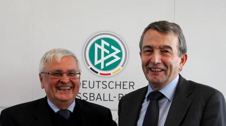 (Archivbild). Da hatten sie noch gut lachen: Wolfgang Niersbach (R) und Theo Zwanziger (L) in der Frankfurter DFB-Zentrale.