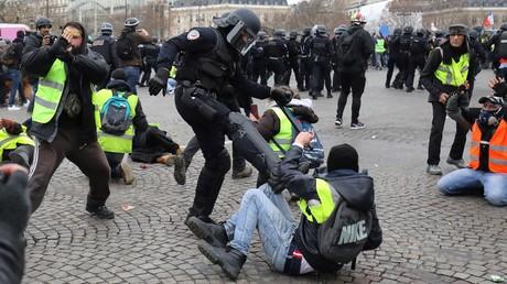 Paris, nicht Moskau: Ein französischer Bereitschaftspolizist tritt auf einen Gelbwesten-Demonstranten während einer Demonstration am Place de l'Etoile in Paris ein, 11. Januar 2019.