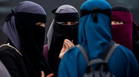 Teilnehmerinnen einer Demonstration in Kopenhagen gegen die Geldstrafen für das Tragen des Gesichtsschleiers Niqab im August 2018. In Dänemark ist die Gesichts- und Ganzkörperverschleierung seit dem 1. August 2018 in der Öffentlichkeit verboten.