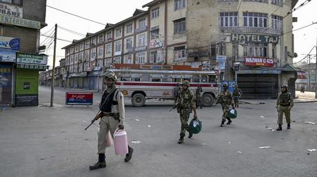 Indische Paramilitärs nehmen am 5. August ihre Stellung in Srinagar im indischen Bundesstaat Jammu und Kashmir ein, nachdem die Regierung Ausgangssperren verhängt hatte.