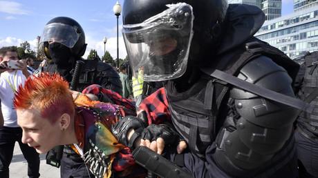 Polizei führt Personen ab, die bei den nicht-genehmigten Protesten am 3. August in der russischen Hauptstadt Moskau nicht freiwillig einen Platz räumen wollten.