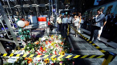 Dieses Verbrechen fand statt: Blumen am Tatort der vergangenen Woche am Hauptbahnhof in Frankfurt am Main
