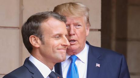 Der französische Präsident Emmanuel Macron und US-Präsident Donald Trump  vor einem Treffen am 6. Juni 2019. Beide Präsidenten wohnten der Zeremonie  auf dem US-Militärfriedhof Colleville-sur-Mer bei Bayeux zur Erinnerung an die Landung der Alliierten in der Normandie vor 75 Jahren bei.