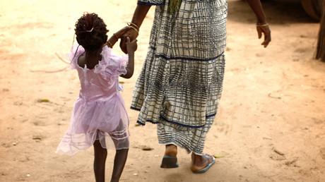 (Archivbild) Eine Mutter und eine Tochter nach einem Informationstreffen von Frauen aus mehreren Gemeinschaften zum Thema Genitalverstümmelung. Diabougo, Senegal, 10. September 2007.