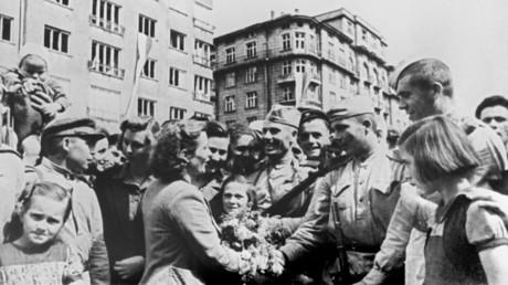 Einwohner Sofias begrüßen Soldaten der Roten Armee als Befreier, 9. September 1944