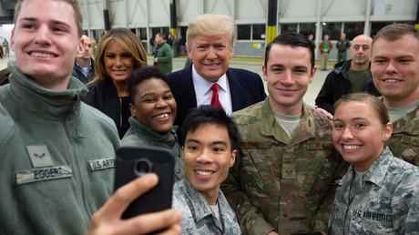 Noch kein Abschiedsfoto: Donald Trump mit US-Soldaten in Ramstein, Dezember 2018