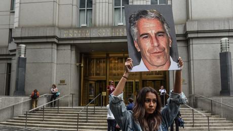 Eine Demonstrantin hält am 8. Juli 2019 in New York ein Bild von Jeffrey Epstein hoch.
