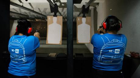 Nicole Navarro und Adriana Retana wollen sich mit Schießübungen und eigenen Waffen sicherer fühlen, nachdem Patrick C.
