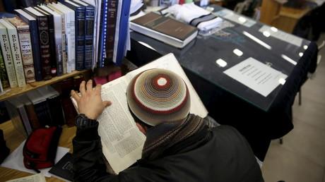 Ein Schüler an der religiösen Militärschule Bnei David im besetzten Westjordanland beim Studium.