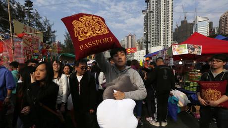 Wenn es nach Tom Tugendhat geht, dann sollen die Hongkonger nicht nur britische Pässe als Kissen erhalten. London soll Verantwortung für die 155-jährige Herrschaft übernehmen.