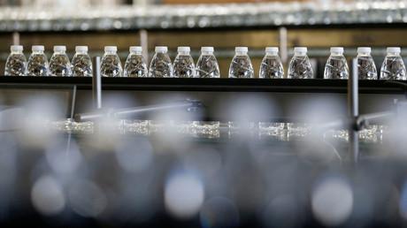 Symbolbild: Einwegflaschen mit Mineralwasser, Arcachon, Frankreich, 10. Oktober 2018.