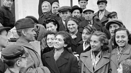 Einwohner der litauischen Stadt Vilnius plaudern am 7. März 1940 mit einem Sowjetsoldaten. Litauen, Lettland und Estland wurden im Geheimprotokoll des deutsch-sowjetischen Nichtangriffpaktes von August/September 1939 der sowjetischen Einflusssphäre zugeschlagen.