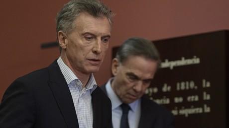 Argentiniens Präsident Mauricio Macri (L) und ein Kandidat der Partei
