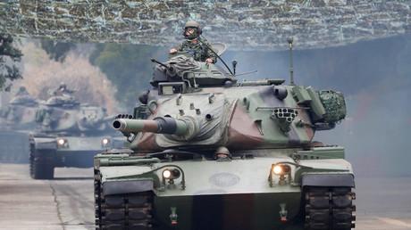 Panzerfahrer während eines Manövers der taiwanesischen Armee zur Abwehr einer Invasion.