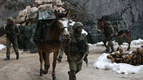 Zu solchen Märschen soll kein uniformierter Soldat in seiner Freizeit gezwungen sein, um sein Ziel zu erreichen. Symbolbild