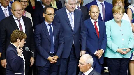 Das Völkerrecht und die Bundesregierung waren in den letzten zwölf Monaten nicht immer gute Freunde. Zumindest Horst Seehofer scheint ob der zahlreichen Völkerrechtsbrüche das schlechte Gewissen zu plagen ...