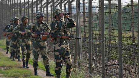 Indische Grenzschutz-Soldaten am Grenzzaun zu Pakistan, Ranbir Singh Pura, nahe Jammu, 26. Februar 2019.