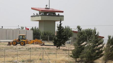 Türkische Soldaten auf einem Aussichtsturm des Atmeh Grenzübergangs, an der türkisch-syrischen Grenze.