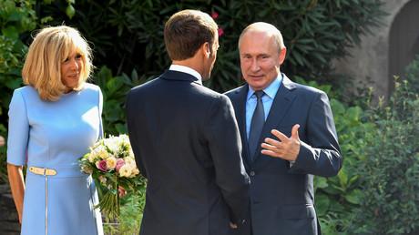 Der französische Präsident Emmanuel Macron (C) und seine Frau Brigitte Macron (L) begrüßen den russischen Präsidenten Wladimir Putin am 19. August 2019 in der Festung Bregancon an der Mittelmeerküste in der Nähe des Dorfes Bormes-les-Mimosas, Südfrankreich.