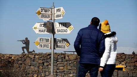 Ein Schild auf dem Mount Bental,  einem Beobachtungsposten in den von Israel besetzten Golanhöhen, das die Entfernungen zu verschiedenen Städten in der Region zeigt.