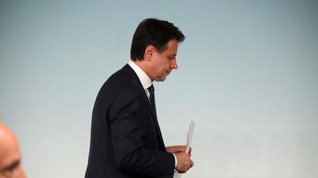 Der italienische Premierminister Giuseppe Conte nach einer spontanen spätabendlichen Pressekonferenz im Regierungsgebäude in Rom, Italien, am 8. August 2019