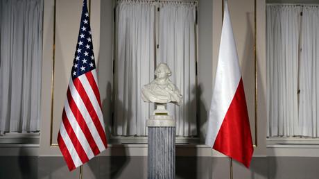Eine Büste des polnischen Komponisten Chopin umrahmt von der US-amerikanischen und polnischen Flagge anlässlich des Besuches von US-Präsident Donald Trump in Warschau (6. Juli 2017).