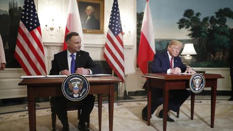US-Präsident Donald Trump und sein polnischer Amtskollege Andrzej Duda unterzeichnen im Weißen Haus ein Abkommen zum Ausbau der militärischen Kooperation (Washington, 12. Juni 2019)