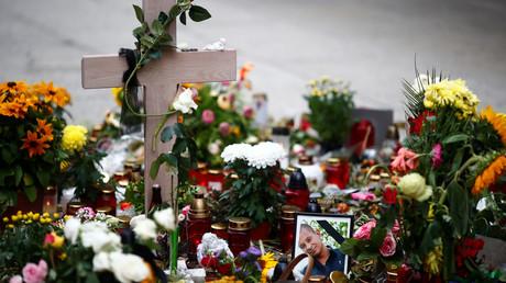 Blumen und Kerzen am Ort in der Chemnitzer Innenstadt, an dem Daniel H. am 1. September 2018 erstochen wurde. (Archivbild)