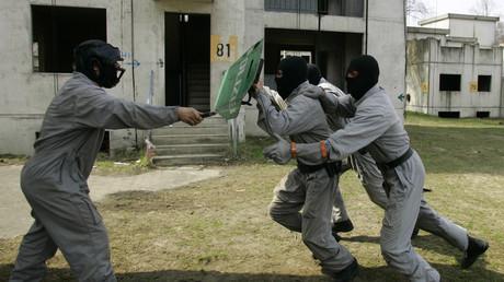Polizisten in der Ausbildung für die SEK-Einheit Proben die Abwehr eines Messerangriffs, Berlin, Deutschland, 19. April 2006.