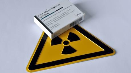 Radioaktives Jod kann bei einem nuklearen Unfall freigesetzt werden. Mithilfe von Jodtabletten soll verhindert werden, dass es sich in der Schilddrüse anreichert.