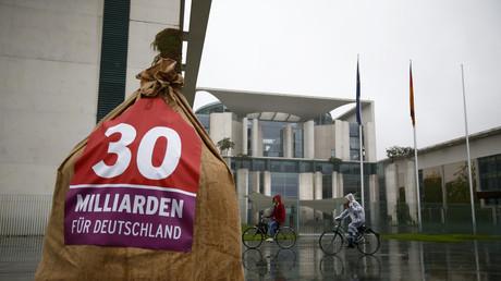 SPD-Aktion gegen Steuerflüchtlinge vor dem Bundeskanzleramt, Berlin, Deutschland, 3. September 2013.