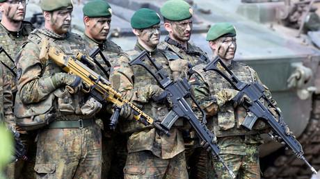 Symbolbild - Bundeswehrsoldaten während eines Besuchs von Bundeskanzlerin Angela Merkel bei der NATO-Speerspitze