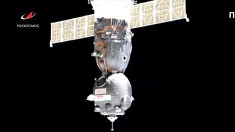 Unbemannte Kapsel mit Roboter an Bord dockt an ISS an