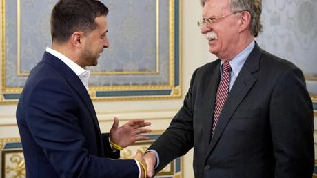 Selenskij bei der Begrüßung des US-Sicherheitsberaters John Bolton in Kiew im August 2019