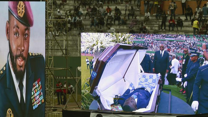 Todsicher: Fans entkleiden Leichnam ihres Idols bei Beerdigung zwecks Identifizierung