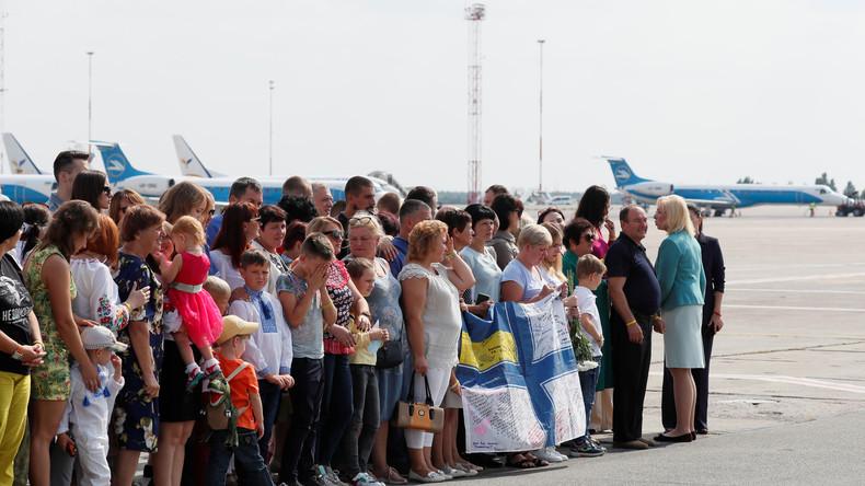 LIVE: Gefangenenaustausch zwischen Russland und Ukraine Internationaler Flughafen Kiew 2/2