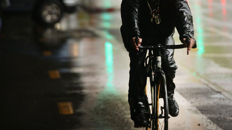 """""""Perfekte Metapher"""": Fahrradfahrer stürzt während Brexit-Reportage ins Wasser"""