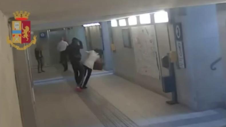 Italien: Illegaler Migrant attackiert wahllos Frauen in Bahnhofsunterführung