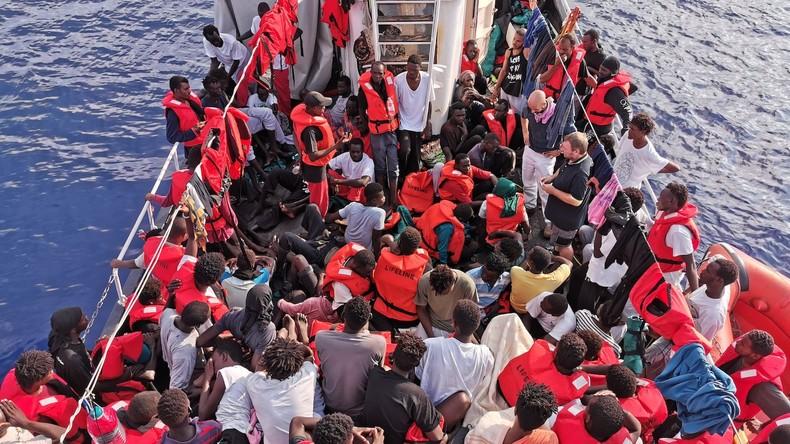 "Italien: 82 Migranten verlassen Rettungsschiff ""Ocean Viking"" in Lampedusa"