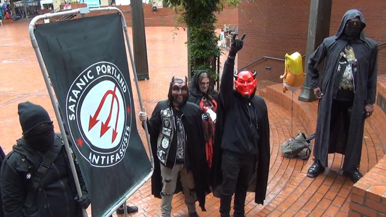 """USA: """"Heil Satan"""" – Zusammenstöße zwischen """"Patriot Prayer"""" und """"Satanischer Antifa"""""""
