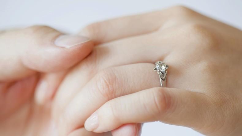 USA: Frau verschluckt Verlobungsring im Schlaf