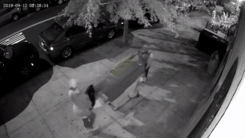 New York: Kamera fängt Männer ein, die Leiche in Einkaufswagen durch Harlem schieben