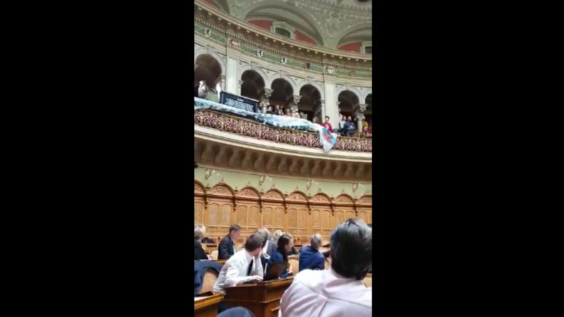"""Schweiz: """"Klimajugend"""" stürmt Bundeshaus und unterbricht Nationalratsdebatte"""