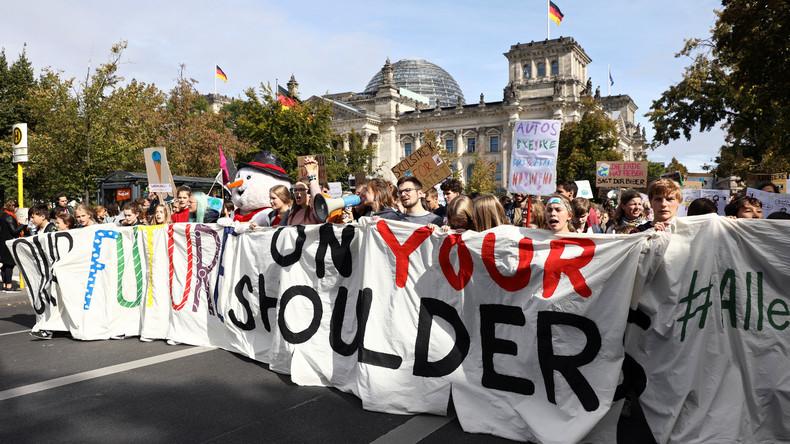 Auch viele Erwachsene machen diesmal mit: Eindrücke von der Klimastreik-Demo in Berlin (Video)