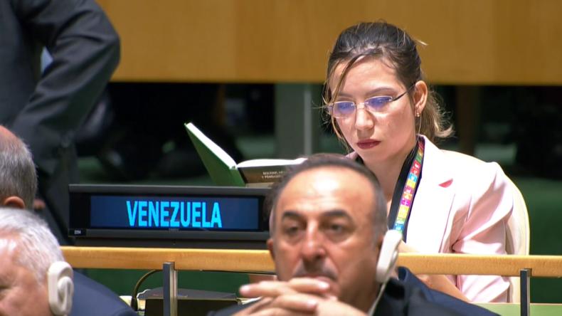 UN: Venezolanische Delegierte liest Buch über Simón Bolívar, während Trump ihr Land verbal angreift