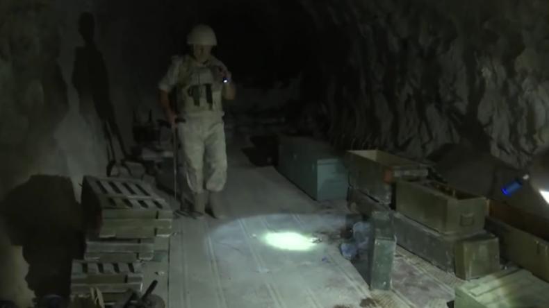 """Eine Tour durch das Höhlennetz """"gemäßigter Rebellen"""" im syrischen Idlib"""