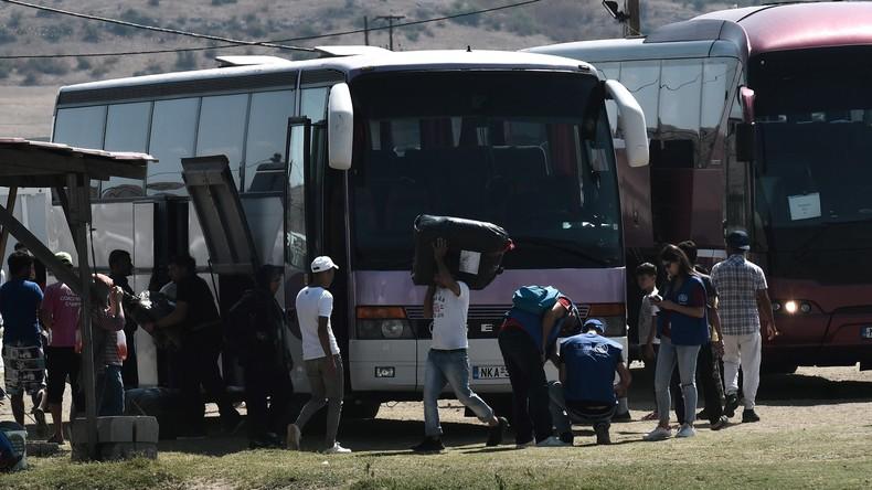Nach Migrantenzustrom: Athen bringt Hunderte Flüchtlinge auf Festland