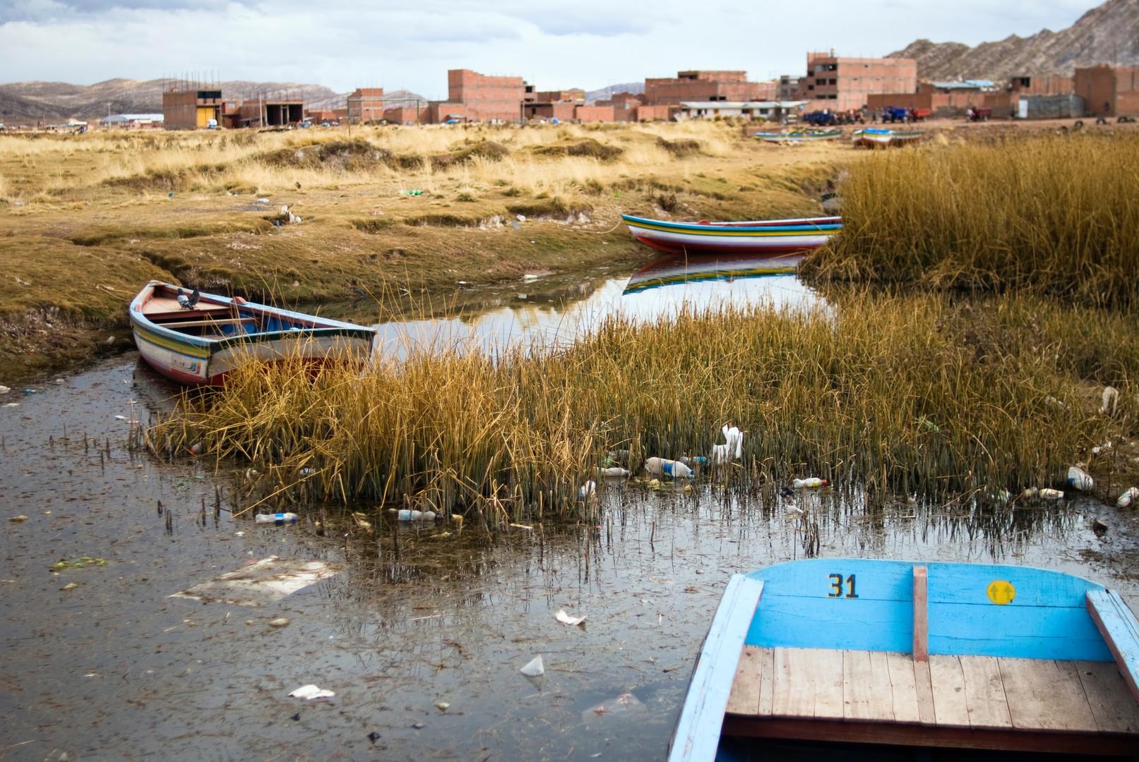 Müll schwimmt zwischen dem Ufer des Titicacasees und dem Desaguadero-Fluss
